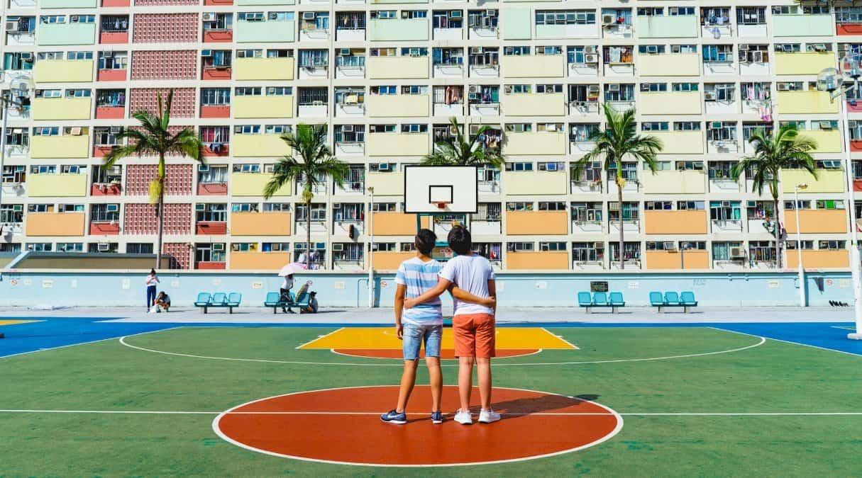 Venner som spiller basketball