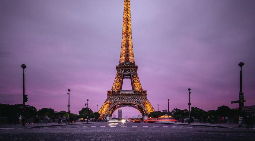 Eiffeltårnet med lilla himmel