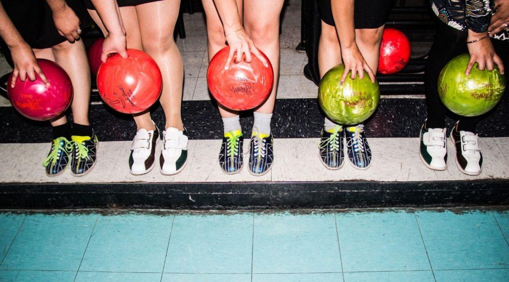 Venner som spiller bowling