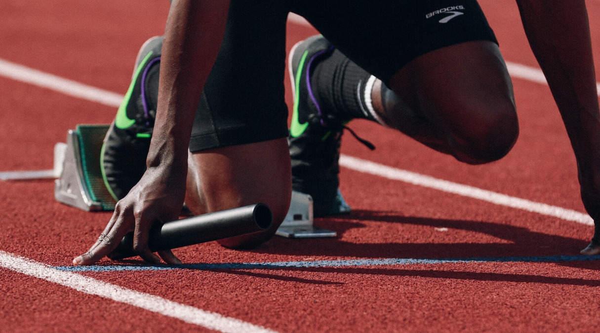 Mann som gjør seg klar til å løpe