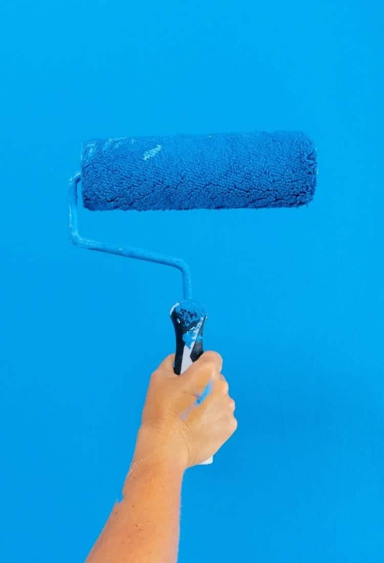 Arbeidsdugnad med maling av blå vegg
