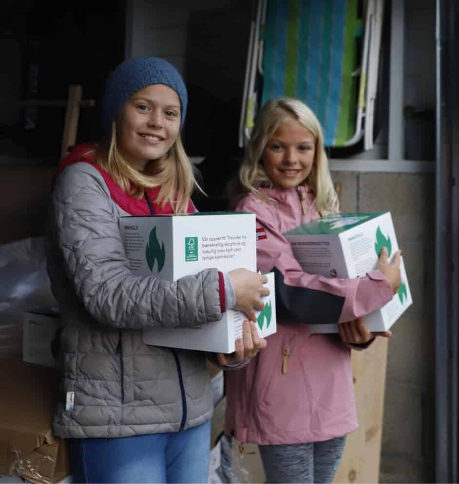 To jenter med Norgesbriketten