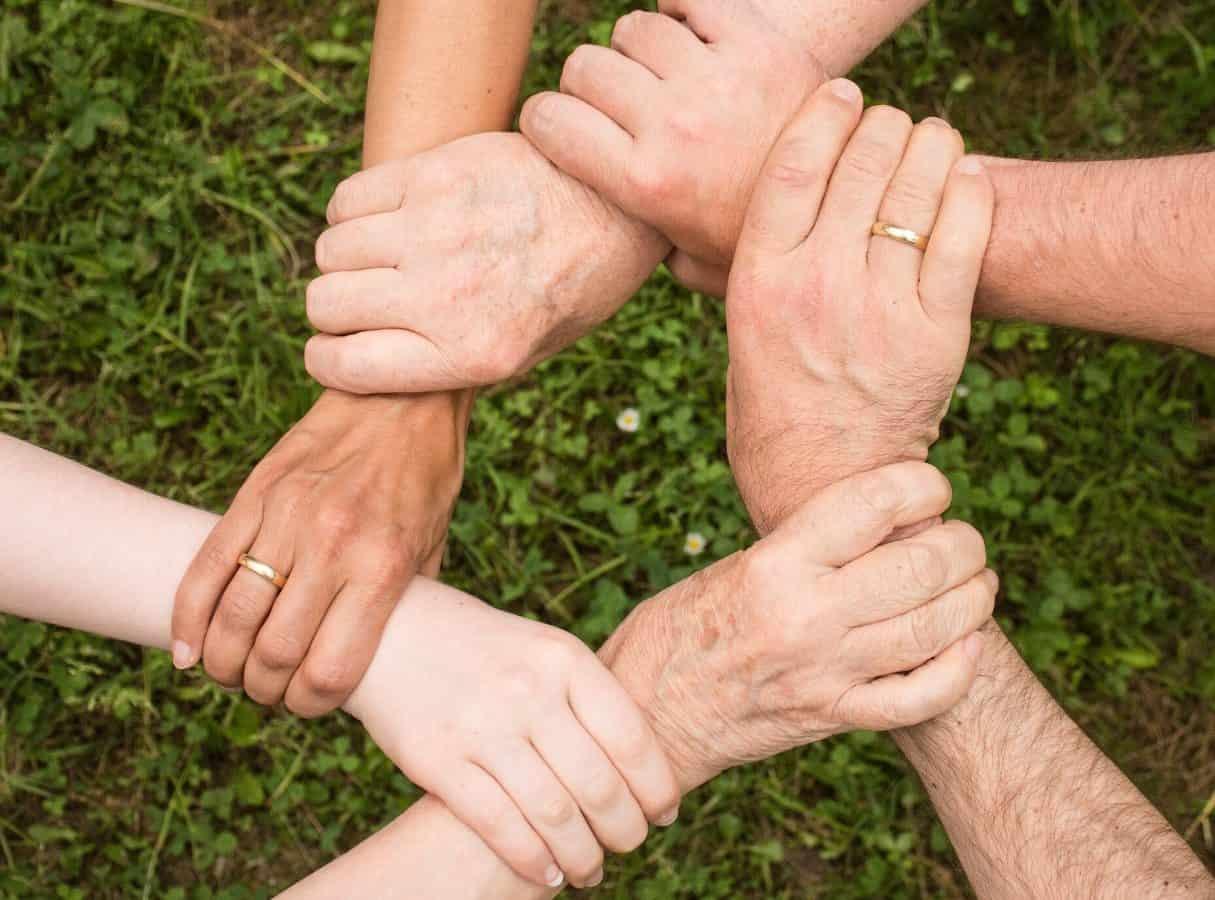 Fellesskap som holder hender på dugnad